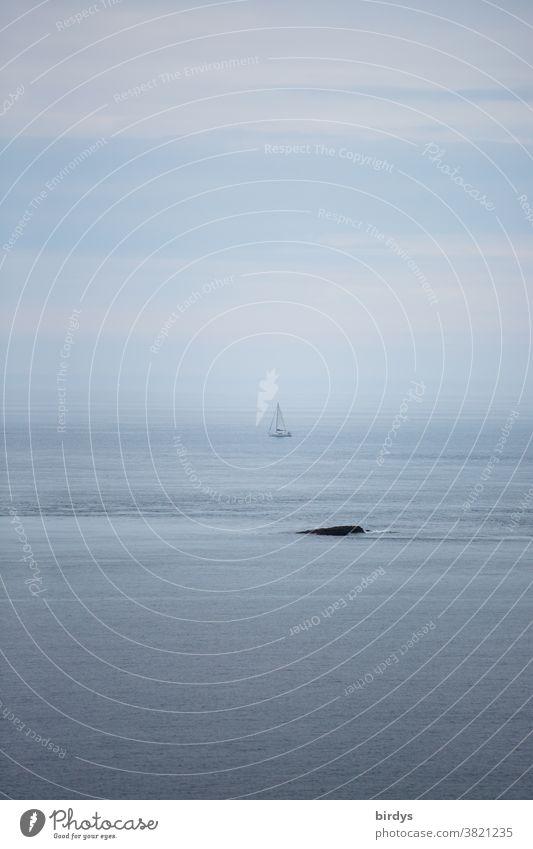 Segelboot bei nebligem Wetter auf dem Atlantik Meer Nebel Wolken Horizont Küste Felsen Wasser bewölkt segeln vorbeisegeln Nieselregen Gedeckte Farben Himmel