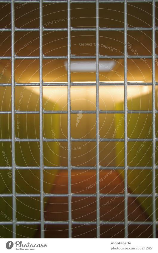 knapp daneben update | leider schon geschlossen Licht Tag Außenaufnahme Farbfoto Metall Holz grün Zentralperspektive Innenaufnahme Menschenleer Umkleideraum