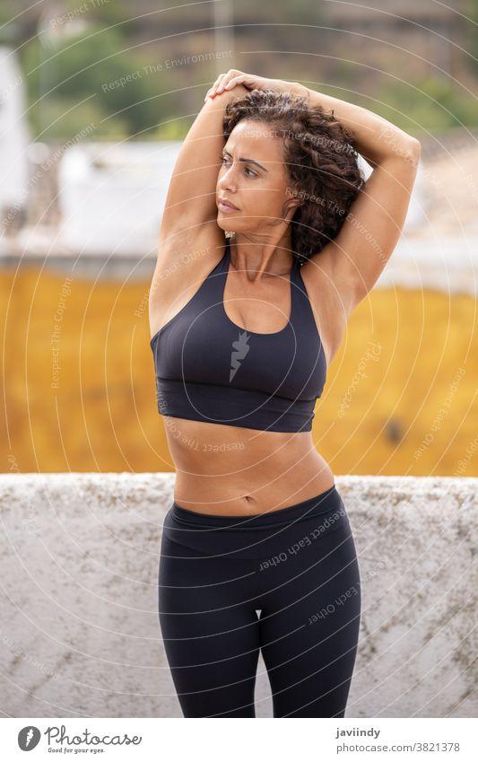 Frau mittleren Alters mit Fitnesskörper beim Workout auf der Terrasse ihres Hauses Training 40s Lebensmitte Sportbekleidung Lifestyle passen Person Gesundheit