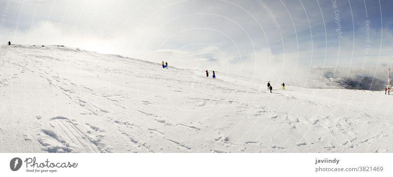 Menschen haben Spaß in verschneiten Bergen in der Sierra Nevada Winter Schnee Himmel Spanien Europa Natur Tourismus Urlaub reisen Andalusia Feiertag Landschaft
