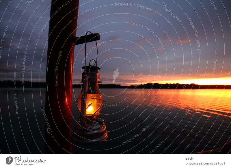 Ab jetzt ist Ruhe! Nacht Abenddämmerung Sonnenlicht Erholung ruhig Himmel Natur Landschaft Licht Seeufer blau Wolken Boot Bootsfahrt Reflexion & Spiegelung