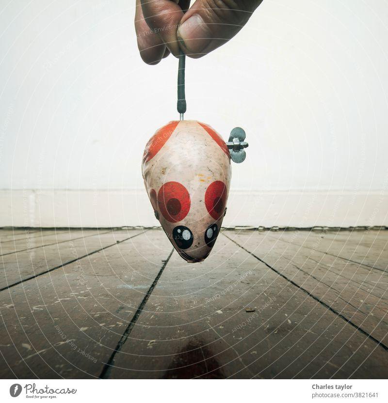 Retro-Aufziehspielzeug Maus und altes Holz Ratte Tier fangen Nagetiere Mäuse Schädling Haus klein lustig spielen Tiere Metall schließen Blechspielzeug retro