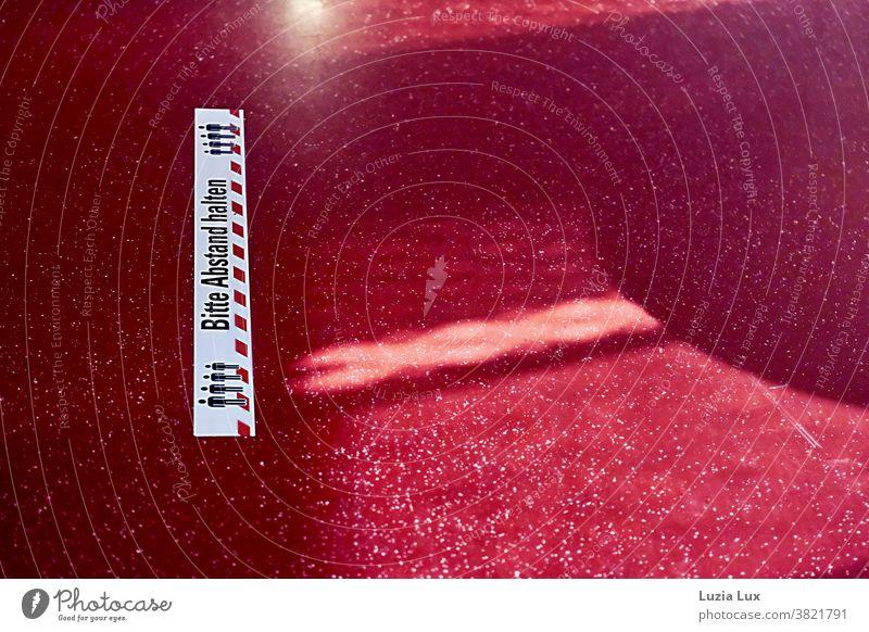 Bitte Abstand halten - Bodenmarkierung, Hinweis auf rotem Fußboden Corona Corona-Krise Abstandsregel Abstandsmarkierung Licht Schatten Pandemie Schutz COVID