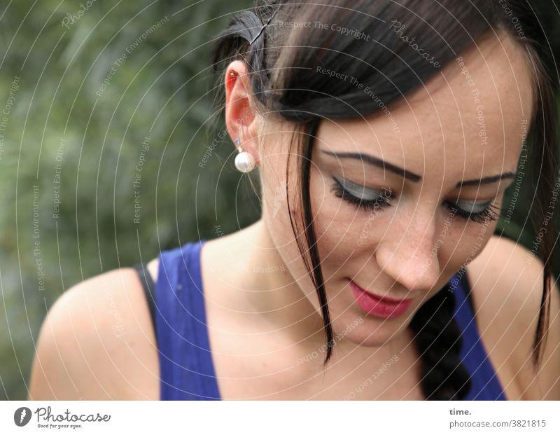Nastya frau blick nach unten t-shirt ohrring dunkelhaarig Makeup konzentriert draußen