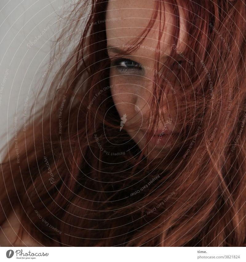 Nika feminin portrait strähnen prüfend skeptisch rothaarig langhaarig blick frau lächeln