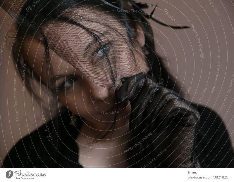 Narula Porträt Schatten Starke Tiefenschärfe Konzentration Kontrolle Inspiration geheimnisvoll Misstrauen Schüchternheit Respekt langhaarig schwarzhaarig