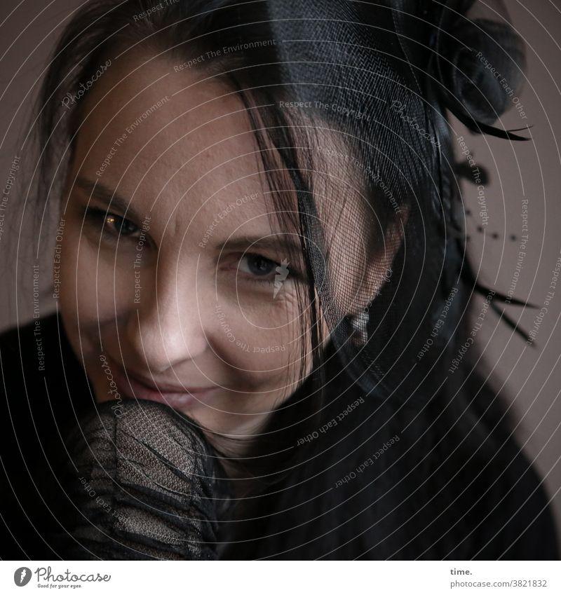 Narula dunkel netz handschuhe Wachsamkeit feminin Blick beobachten schwarzhaarig langhaarig Respekt geheimnisvoll Inspiration Konzentration Porträt Schatten