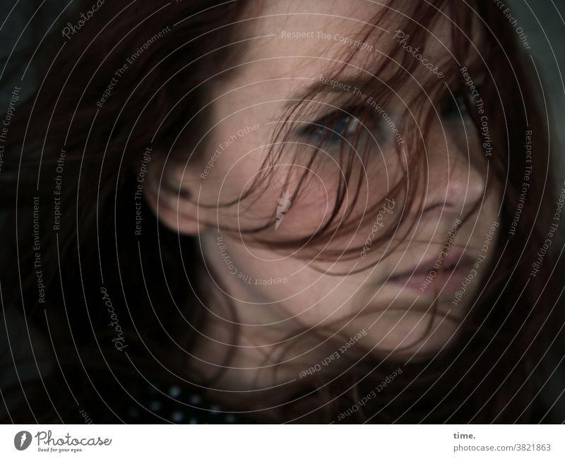 Nika feminin portrait strähnen prüfend skeptisch rothaarig langhaarig blick frau windig