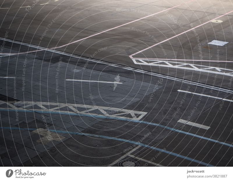 Markierung zur Orientierung Bodenmarkierung Flughafen Beton Hell Dunkel Grenze authentisch Berlin-Tempelhof Flugplatz Linie Symmetrie Strukturen & Formen