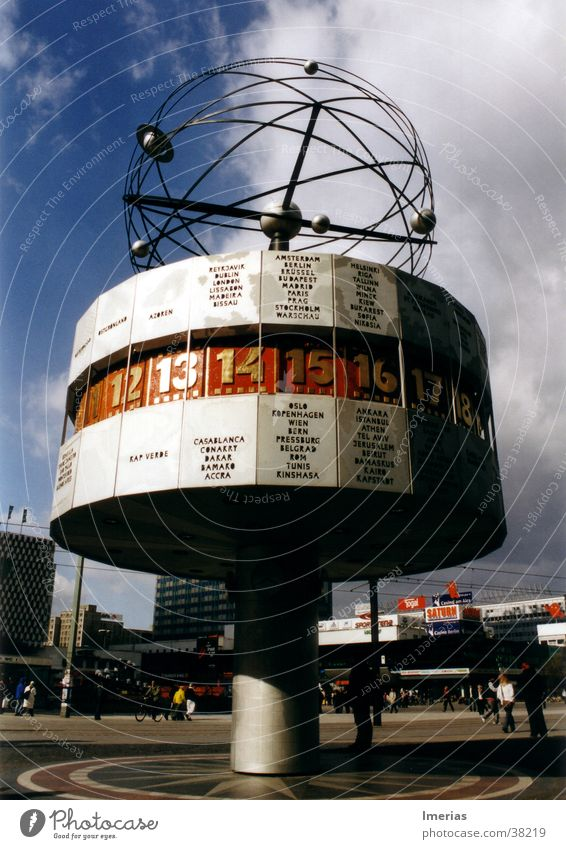 Zeit im Wandel Himmel blau rot Sommer Wolken Berlin Architektur grau gold Platz Uhr Zukunft Ziffern & Zahlen Stahl Wahrzeichen Globus