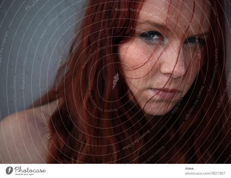 Nika frau blick langhaarig rothaarig skeptisch schulter prüfend strähnen portrait feminin