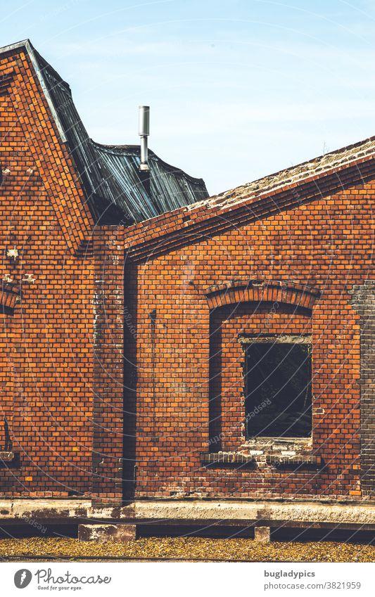 Altes verfallenes Fabrikgebäude aus Backsteinen bei dem das Dach durchhängt und die Fenster fehlen Backsteinfassade Backsteinhaus Backsteinmauer Backsteinbau