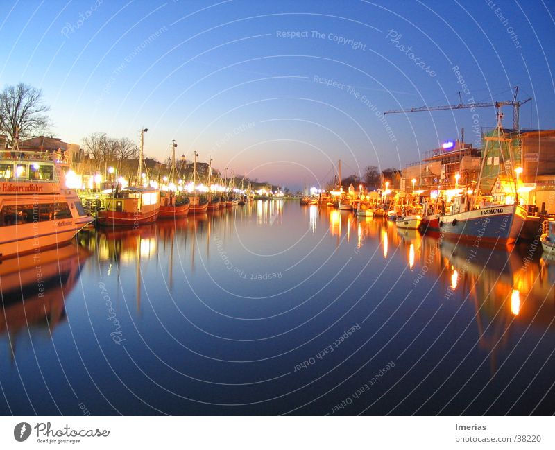Warnemünde by night Natur Wasser Himmel Wolkenloser Himmel Bucht See Fluss Fischerdorf Hafen Passagierschiff Fischerboot Wasserfahrzeug Jachthafen Anker Seil
