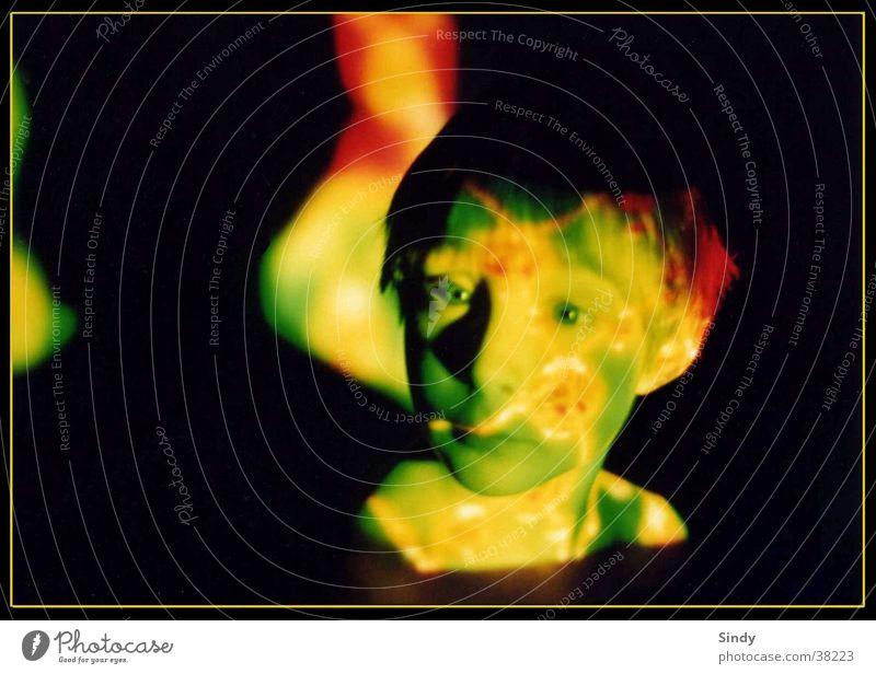 grüner blick Kind grün rot Gesicht schwarz Auge Junge Kreis Rahmen