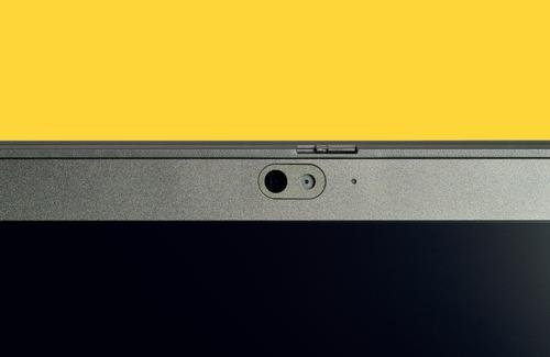 Ich sehe Dich. Teil eines Computer Monitor Frontkamera, Webcam auf Laptop lokalisiert auf gelbem Hintergrund Hintergründe leer Geschäft Unternehmen Industrie