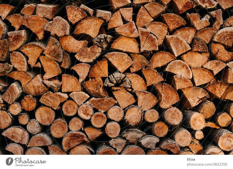 Gestapelte Holzscheite als Feuerholz gestapelt Brennholz braun Holzhacken Holzstapel Hintergrund Textur