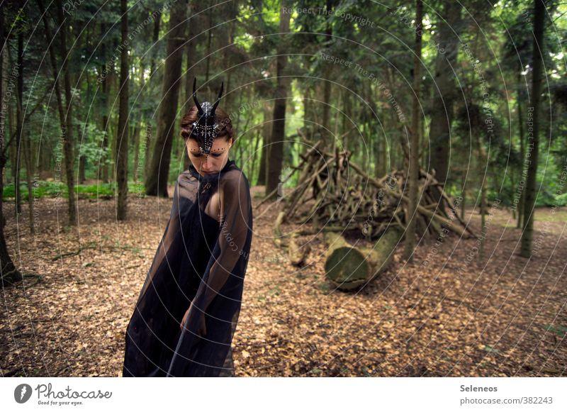 Schamanin Mensch Frau Natur Pflanze Baum Blatt Wald Erwachsene Umwelt feminin Gefühle natürlich Stimmung Ast gruselig Schmuck