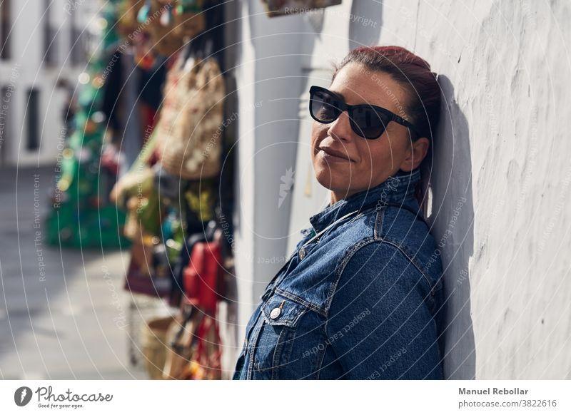 Foto einer Frau auf der Straße Mädchen Fotokamera jung reisen Lifestyle schön Menschen Fotografie Glück Großstadt Porträt Tourist Stil Person Mode im Freien