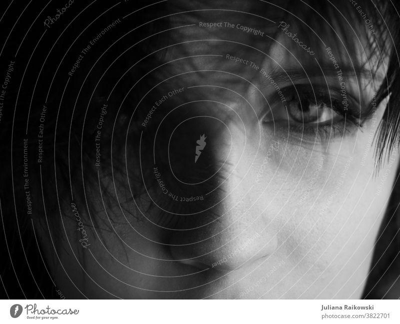 Nahaufnahme von Augen schwarz weiß Schwarzweißfoto Mensch Porträt Gesicht Frau feminin schön Haare & Frisuren 18-30 Jahre Junge Frau natürlich intim Blick