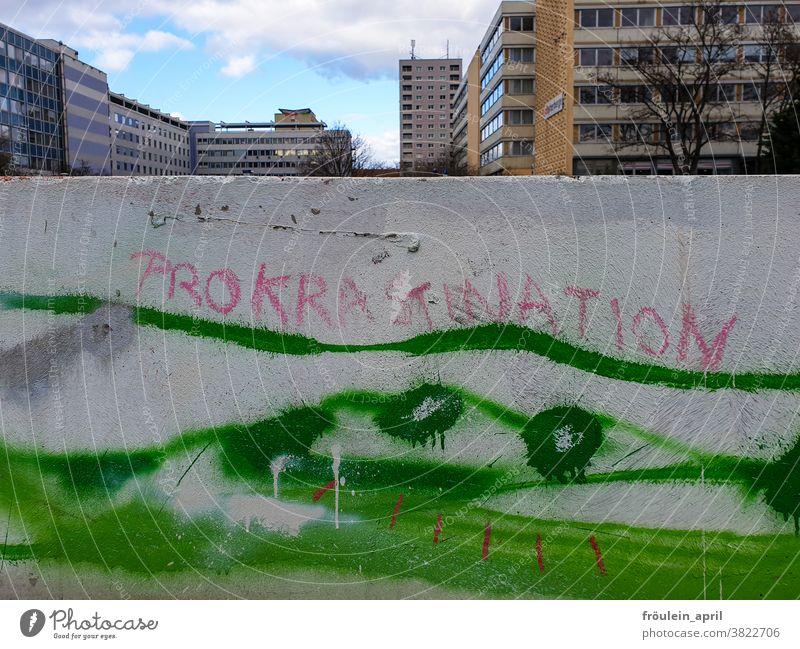 Prokrastination Schrift Schriftzug urban Schriftzeichen Text Buchstaben Wort Menschenleer Typographie Farbfoto Kommunikation Sprache Mitteilung Graffiti