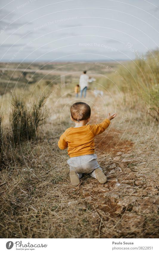 Kleinkind krabbelt im Freien kriechend Nahaufnahme Kind Kindheit Natur Familie & Verwandtschaft reisen Herbst Rückansicht Leben Lifestyle Kindheitserinnerung