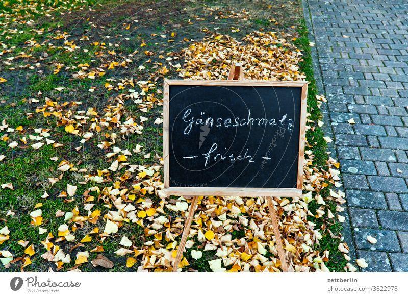 Gänseschmalz, frisch in Schreibschrift auf einer Tafel gänseschmalz essen ernährung nahrung werbung reklame information angebot tafel schultafel kreide