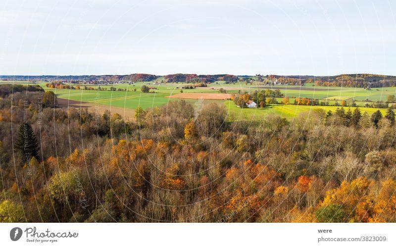 Blick von oben auf das herbstlich gefärbte Laub der Wertachauen bei Hiltenfingen Bereich Flug Herbst Panorama Ansicht Luftaufnahme schön Vogelschau blau