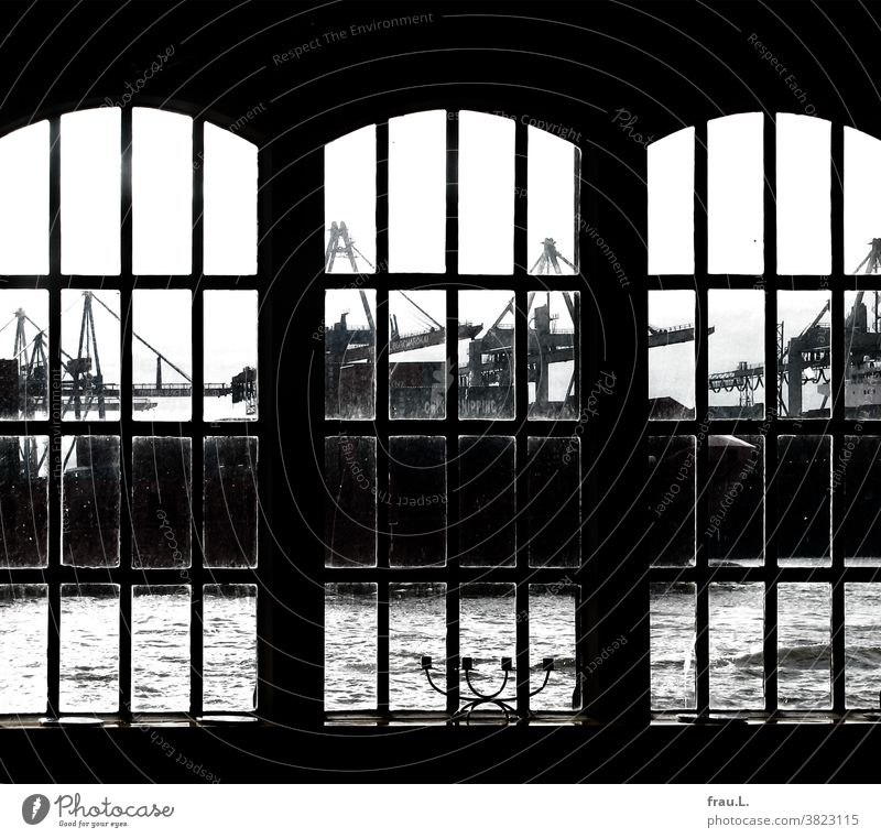 Ein Hafenblick Kräne Hamburger Hafen Hafenstadt Sehenswürdigkeit Schifffahrt Elbe Wartehäuschen Fähranleger Museumshafen Kerzenleuchter Fenster De Döns