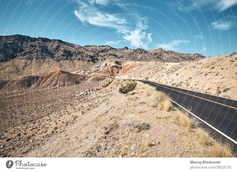 Malerische Wüstenstraße im Valley of Fire State Park, Nevada, USA. Straße wüst Autobahn Ausflug Landschaft Natur sonnig retro altehrwürdig Weg Laufwerk amerika