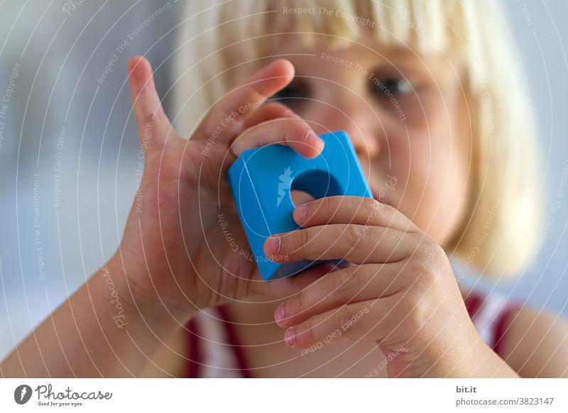 Kunst am Bau l kunstvolle Handhaltung beim Bauklötzchenbau Kind Kindheit Kindererziehung Kindergarten Kinderspiel kindlich Spielen Kleinkind Mensch