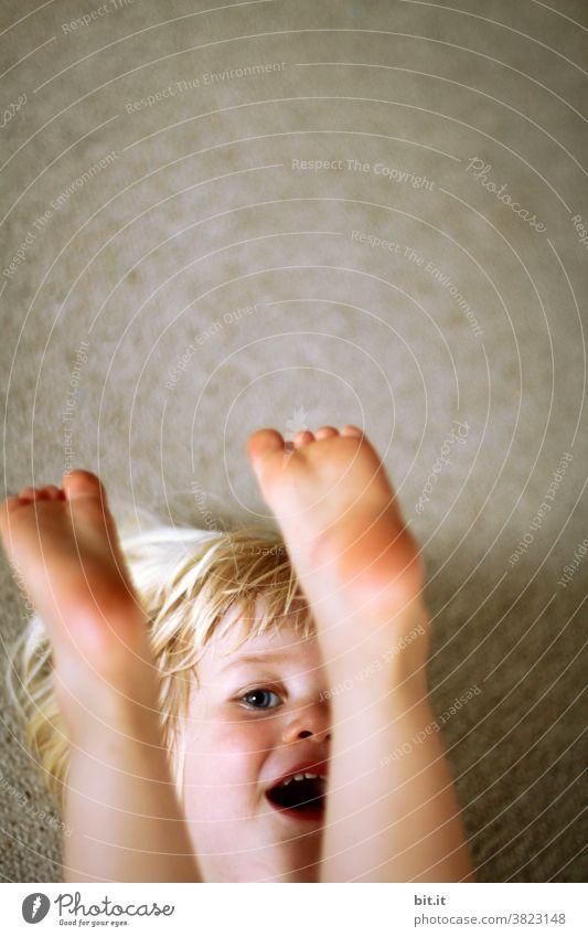 knapp daneben l das ging fast auf's Auge Kind Kindheit Kindererziehung Kindergarten Kinderspiel Mädchen klein Kleinkind Mensch Spielen Glück Freude niedlich