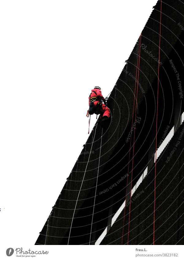 Ein Kletterer Mann arbeiten Fassade Haus Kaufhaus Klettern Himmel
