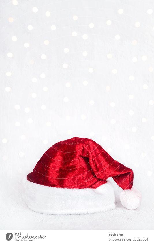 Frohe Weihnachten: Roter Weihnachtsmannhut über Weihnachtsbeleuchtung isoliert Spaß Feier Weihnachtsgeschenk Heiligabend Fröhlichkeit Freude Glück Lifestyle