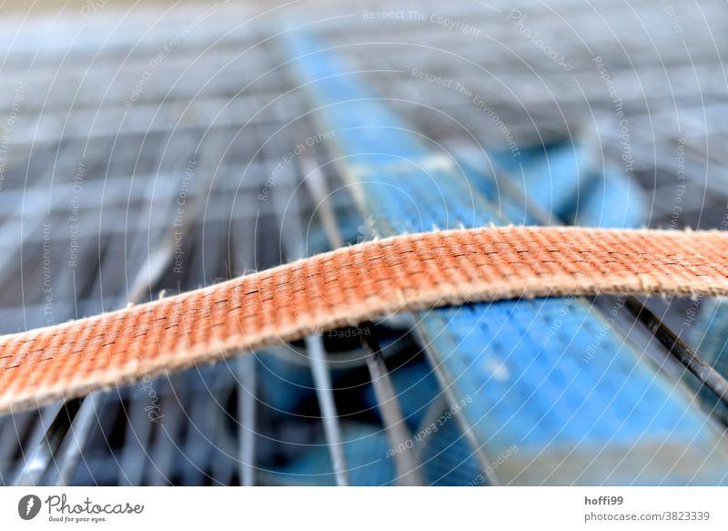 zwei Spanngurte halten Zaunelemente zusammen spanngurt Befestigung befestigen Metall Linie Rillen Gurt spannen Spedition festbinden zurrband hebeband festhalten