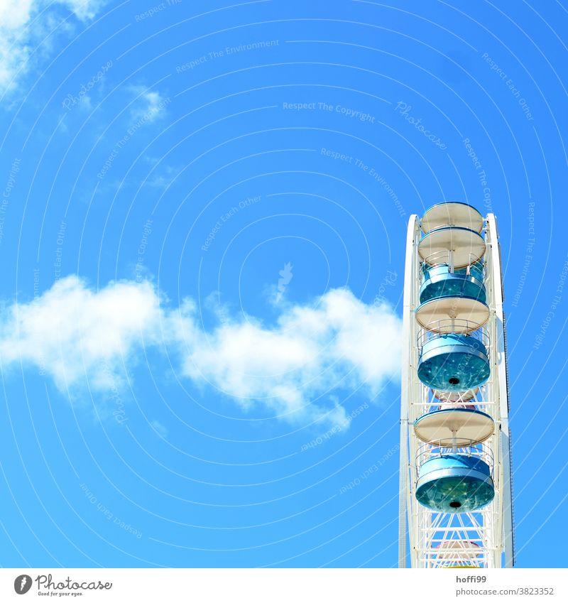Riesenrad und blau blau minimalistisch Minimalismus mehrfarbig Entertainment Fahrgeschäfte Gondellift drehen Aussicht rund Jahrmarkt groß hoch Bewegung Farbe