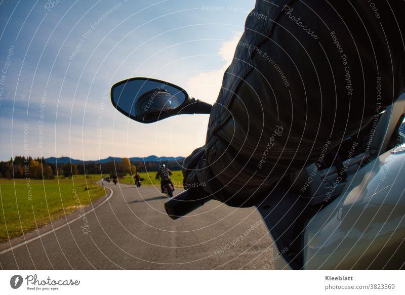 Motorradausfahrt aus der Sicht des Soziusfahrers in die herbstliche Berglandschaft mit vorausfahrenden Motorrädern Motorradfahren motorradsaison Außenaufnahme