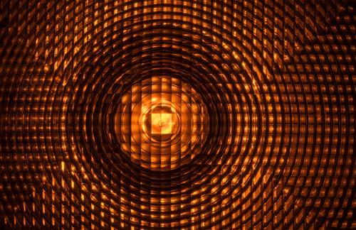 Linse einer leuchtenden Baustellensignalleuchte. Verkehr Verkehrsbehinderung Sperrung Absperrung Signalleuchte traffic Warnung Warnleuchte Barrikade Sicherheit