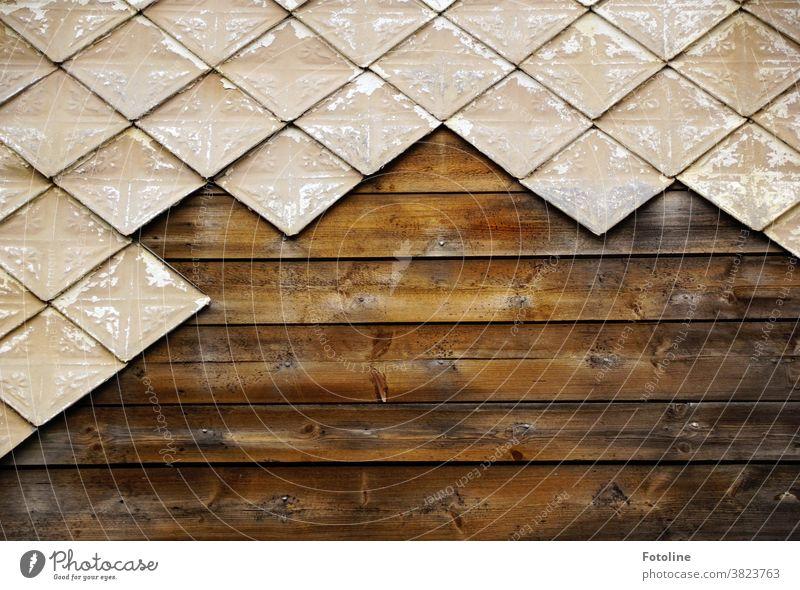 Das Haus ist schon so alt, dass sich einige der Fliesen, die als Verkleidung der Holzwand dienten, abgefallen sind. Einfach so. Plumps! Fliesen u. Kacheln