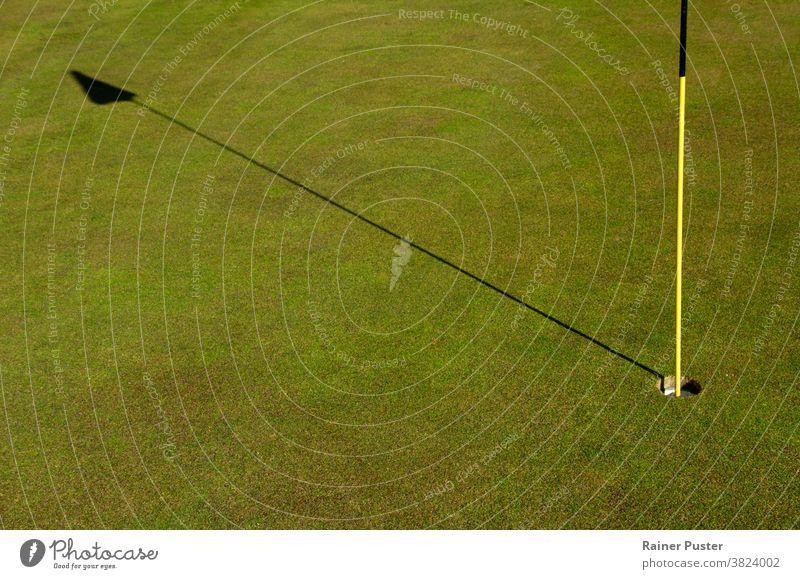 Nahaufnahme von Loch und Flaggenstock auf einem Golfplatz Birdie abschließen Club Textfreiraum Kurs tagsüber Fairway Feld Fahne Spiel Garten Golfschläger