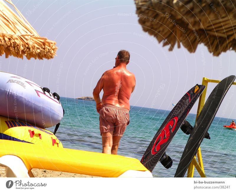 Mann am Meer Wasser Sommer Wasserfahrzeug Rücken Tourist Badehose Schlauchboot