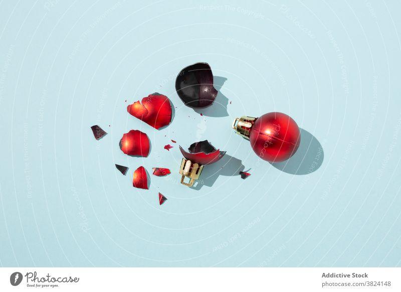 Rote Christbaumkugeln im Studio Weihnachten Kugel Ball gebrochen ganz Dekor Ornament Spielzeug Design Dekoration & Verzierung Feiertag hell Atelier Tradition