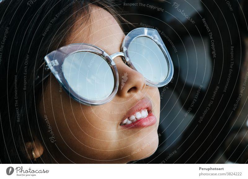 Süßes kleines Mädchen lächelnd mit Sonnenbrille Kind wenig Model schön Kaukasier Kindheit niedlich Gesicht Frau Spaß Glück Person vereinzelt weiß bezaubernd