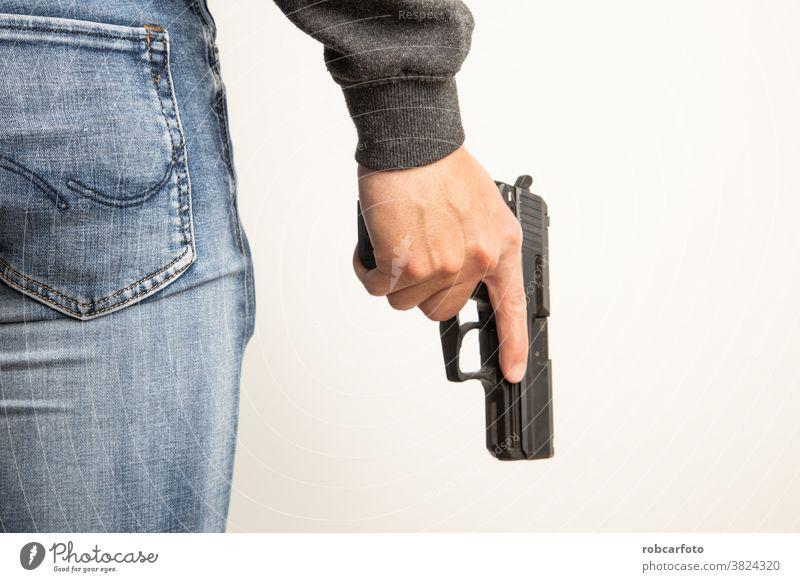 Mann mit schwarzer Pistole Polizei Gewalt Verbrechen Waffe weiß Hintergrund Armee Krimineller attackieren Verteidigung Sicherheit Gefahr Schußwaffen Krieg Gerät