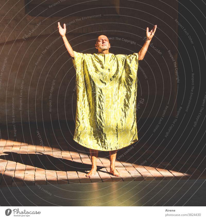 die Anrufung Mann Priester Schamane Gebet Ritual Erleuchtung Ritus Schamanismus Gott Glaube flehen beten bitten Meditation Religion meditieren Medium heilig
