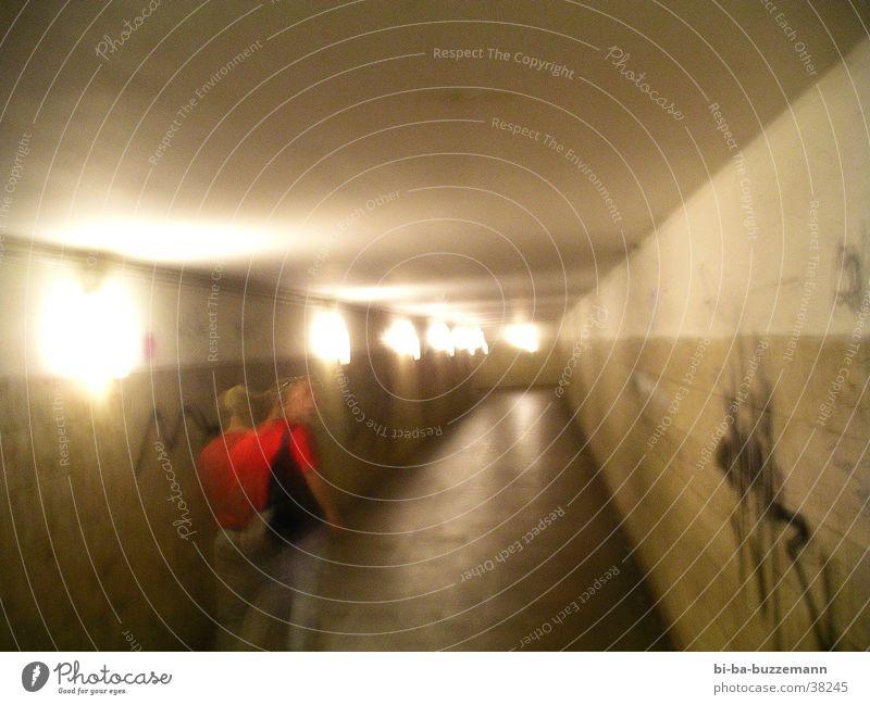 Mobber/2 rot Lomografie Unterführung Licht Unschärfe Gang
