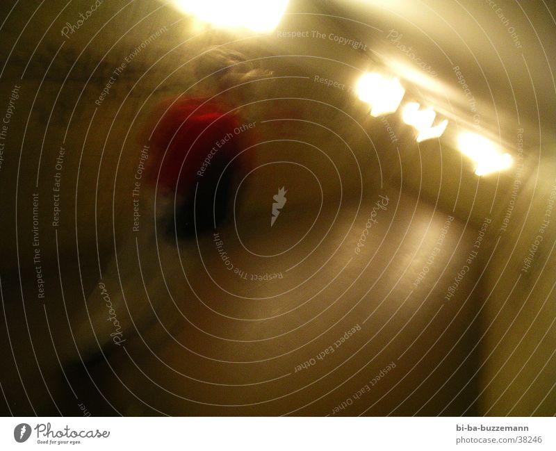 Mobber rot T-Shirt Rucksack Tunnel Langzeitbelichtung Licht Unterführung Gang