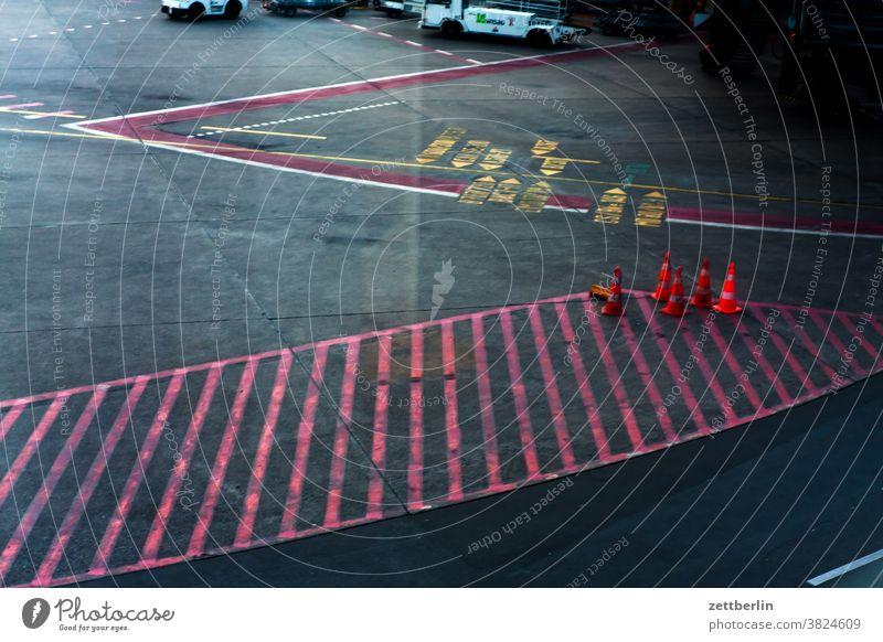 Rollbahnbeschriftung abbiegen asphalt ecke fahrbahnmarkierung hinweis kante kurve linie links navi navigation orientierung pfeil rechts richtung straße tipp weg
