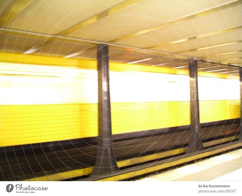 Berlin U-Bahn Eisenbahn Geschwindigkeit Licht gelb Verkehr Bahnhof hell