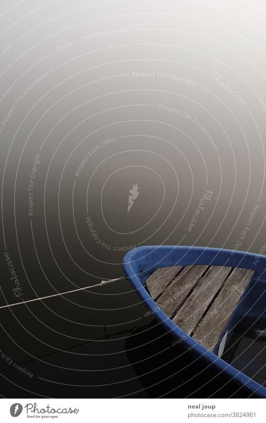 Ruderboot im Nebel – Detail vom Bug Landschaft Wasser Boot See Natur Ruhe Stimmung morgens geheimnisvoll mystisch Einsamkeit menschenleer Textfreiraum ruhig