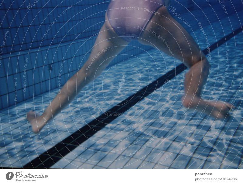 Schwimmen lernen. Unterkörper  im Schwimmbecken. Strampelnde beine schwimmbecken schwimmen lernen freibad badeanzug wassersport Schwimmbad Freibad